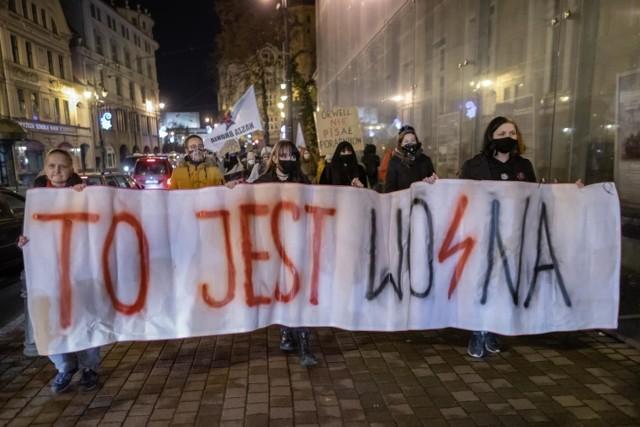 """W poniedziałek (30 listopada) w Bydgoszczy odbył się spacer """"pożegnalny"""" Ogólnopolskiego Strajku Kobiet w obronie praw kobiet"""
