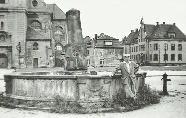 Mężczyzna pozujący przy krośnieńskiej fontannie w 1957 roku.