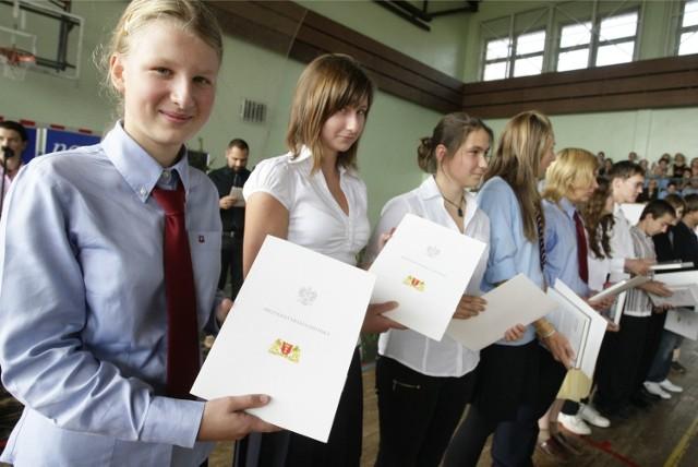 Radni Chełmna podjęli uchwałę, by uczniów gimnazjów nagradzać stypendiami 100 zł za średnią 4,75 , wzorowe lub bardzo dobre zachowanie.