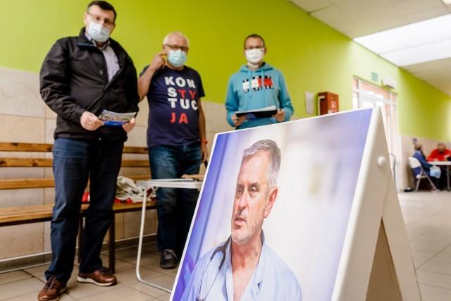 Wałbrzyscy radni zbierali podpisy pod apelem o przywrócenie Romana Szełemeja do pracy w szpitalu
