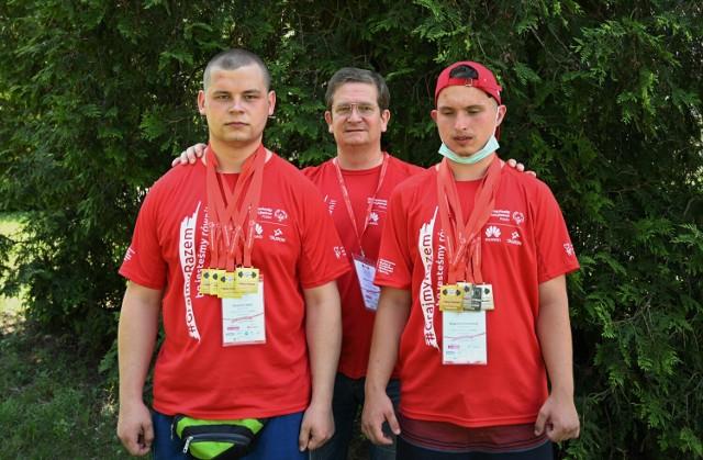 Wojtek Rado w Warszawie osiągnął imponujący rezultat 552,5 kg w trójboju. Drugi zawodnik w kategorii - 93 kg, to jego kolega z drużyny, gorzowianin - Michał Ograbek z 325 kg i kompletem srebrnych medali na podium. Wojtek bezdyskusyjnie wygrał wszystkie konkurencje trójbojowe, bijąc w nich rekordy życiowe i zdobywając cztery złote medale.