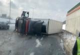 Ruda Śląska: Wypadek na DTŚ. TIR się przewrócił, gdy chciał uniknąć zderzenia. Ogromne korki