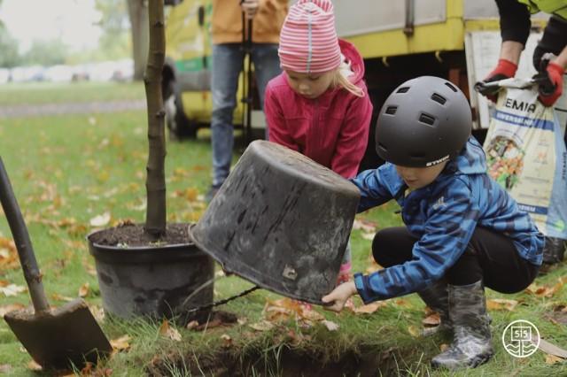 Stowarzyszenie 515 utworzyła społeczność #przyjacielrzeki, która tym razem zebrała się w Parku Tysiąclecia, aby zasadzić drzewo.