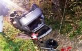 Nocny wypadek pod Nowym Sączem. Wywrócone auto w rowie. 19-latka w szpitalu