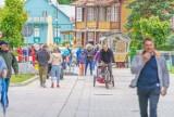 Krynica-Zdrój. Najazd turystów na uzdrowisko. Na deptaku jedni oglądali pokazy, inni się szczepili [ZDJĘCIA]