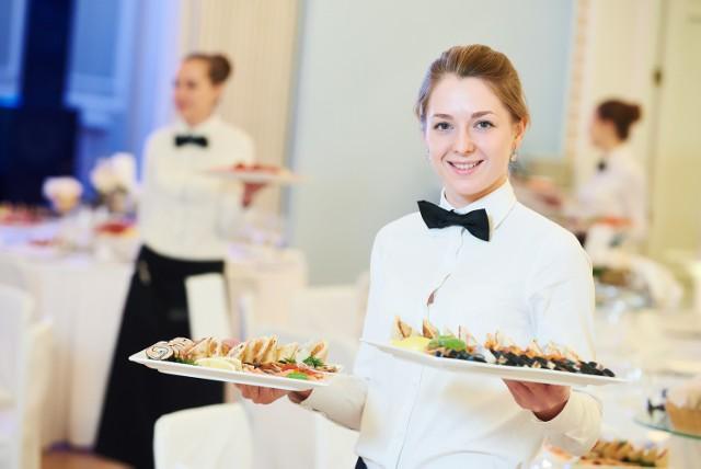 Hotele, restauracje, bary, wciąż szukają chętnych do pracy.  Ale bardziej opłaca się zagraniczny wyjazd w celach zarobkowych