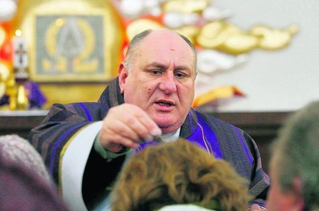 W wałbrzyskich kościołach głowy wiernych posypywał popiołem między innymi ksiądz prałat Andrzej Raszpla