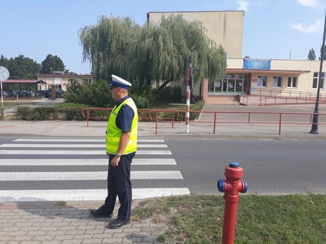 Policjanci kontrolują tereny przyszkolne na terenie powiatu aleksandrowskiego.