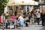 Katowice. Otwarcie ogródków gastronomicznych - spore tłumy w pierwszy dzień. Mariacka, Sztauwajery i Woda Beach Bar.. Zobacz zdjęcia
