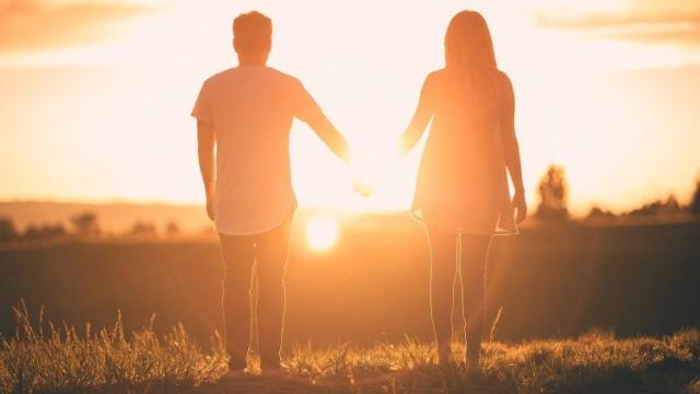 Wakacyjna miłość wcale nie musi zamienić się w trwały związek. Jak rozpoznać, czy to prawdziwe uczucie?