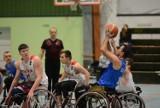 Konin. Koszykarze na wózkach grają w turnieju pamięci Roberta Wiśnika