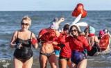 Walentynkowe morsowanie w Gdańsku Brzeźnie. Nie zabrakło czerwonych baloników w kształcie serc i promiennych uśmiechów ZDJĘCIA