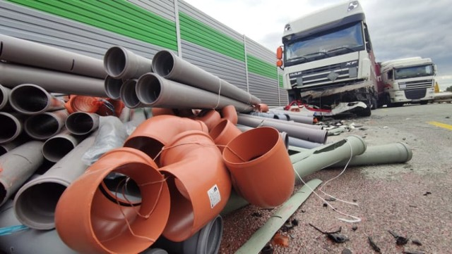 Wypadek na A1 pod Piotrkowem.  Na wysokości Siomek zderzyły się trzy ciężarówki i dostawcze iveco