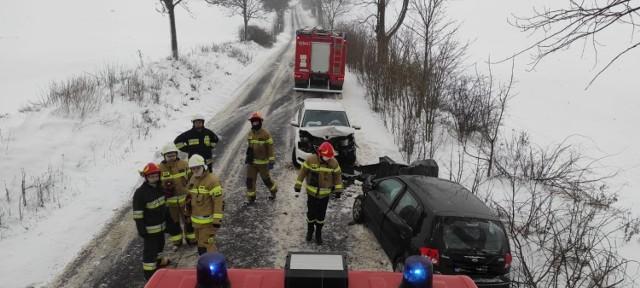 Wypadek w Lisewie - kierowcy obu aut trafili do szpitala