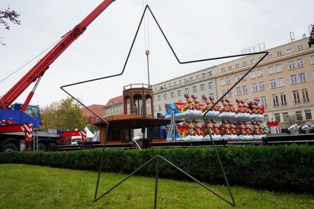 Betlejem Poznańskie 2019, czyli tradycyjny jarmark świąteczny, rozpocznie się już w ten weekend. Tymczasem od wtorku zaczęła się budowa jarmarku i diabelskiego młyna na placu Wolności.
