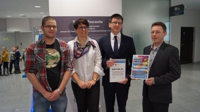 Od lewej: Mariusz Baran (sztab WOŚP w Toruniu), Monika Wiśniewska (dyrektor CNMW), Paweł Litwin (softor.pl), Marek Murawski (softor.pl)