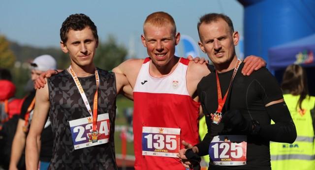 Najlepsza trójka biegu głównego - Piotr Jaśtal (w środku), Michał Bąk (z prawej) i Artur Rytlewski.