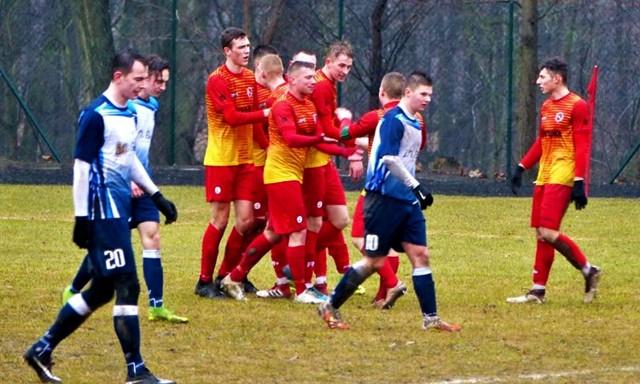 Pogoń Łobżenica (w czerwono-żółtych strojach) zajmuje obecnie w rozgrywkach V ligi wysokie, trzecie miejsce