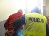 Pijany mężczyzna ukradł alkohol a podczas interwencji uderzył krzesłem policjantkę