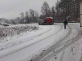 Lód na drogach w woj. śląskim. Pod Zawierciem utknęły ciężarówki. W Żerkowicach i Niegowonicach jest zablokowany przejazd
