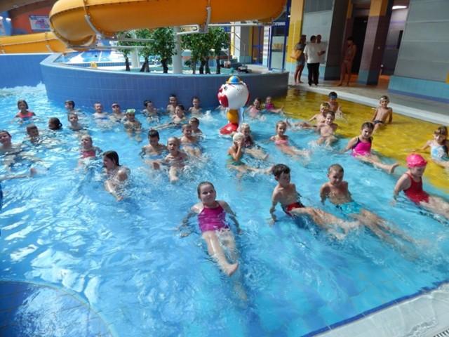 """W programie """"Umiem pływać"""" wzięło udział 100 uczniów klas I-III szkół podstawowych w Kobylinie i Sulmierzycach"""
