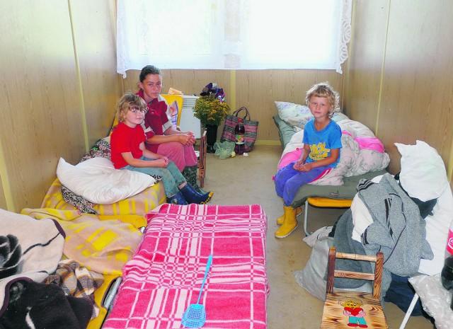 Obecnie Grażyna Łabuz mieszka w jednopokojowym kontenerze wraz z mężem Józefem oraz córeczkami - 6-letnią Gabrysią (siedzi obok pani Grażyny) i 7-letnią Wiktorią