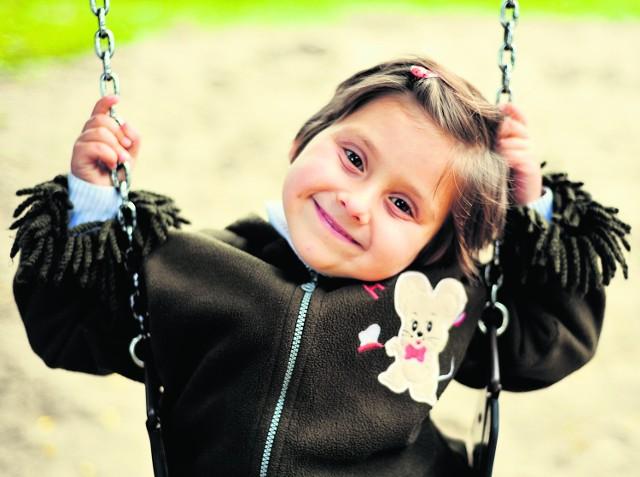 5-letnia Dominika jest niezwykle pogodną dziewczynką. Lubi oglądać bajki, rysować, śpiewać, robić wycinanki i bawić się ze swoją  siostrą