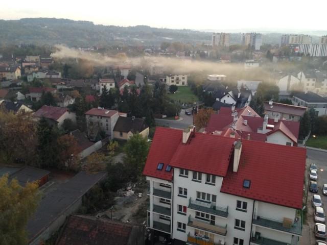 Gęsta i ciężka chmura gryzącego gardło dymu zaścieliła część osiedla. Według mieszkańców ktoś pali śmieci.