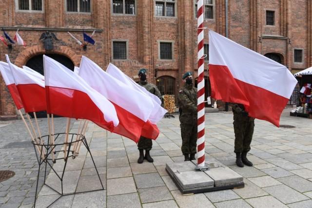 Podniesieniem flagi na maszt na Rynku Staromiejskim oraz odegraniem hymnu państwowego rozpoczęły się toruńskie obchody 230. rocznicy uchwalenia Konstytucji 3 Maja. Oto fotorelacja z tego wydarzenia!  Czytaj dalej. Przesuwaj zdjęcia w prawo - naciśnij strzałkę lub przycisk NASTĘPNE