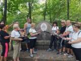 Perfumami wyczyścili zniszczony pomnik w Legnicy [ZDJĘCIA]