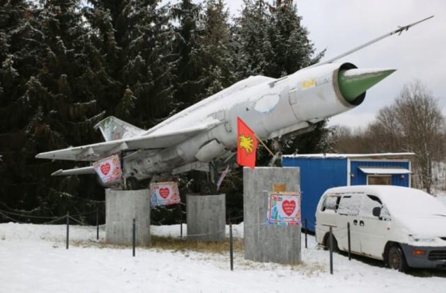 MIG-21M z Goleniowa stoi w Nowej Rudzie od około 20 lat