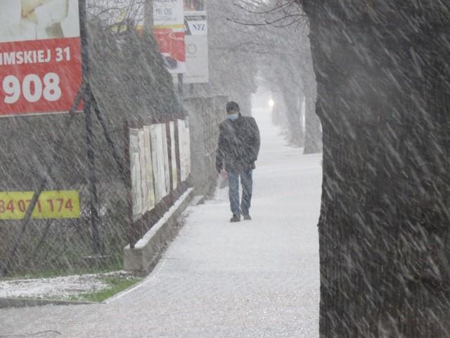 Śnieg z deszczem, burza, grad i słońce. Wszystko w jeden dzień (7.04.2021). Trudne warunki pogodowe w Wadowicach