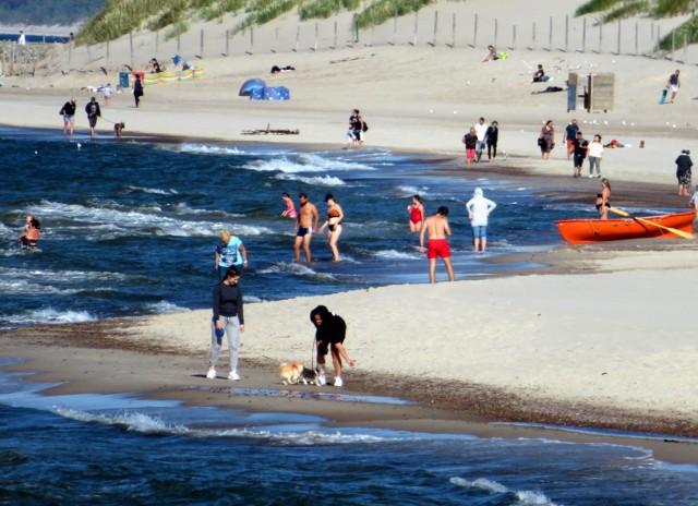 W ostatnim czasie najczęściej publikujemy zdjęcia z Plaży Wschodniej w Ustce. Tym razem wybraliśmy się na Plażę Zachodnią, by tam sfotografować wypoczynek turystów i mieszkańców pod koniec sezonu letniego. Zobaczcie zdjęcia!