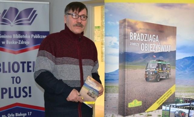 """Jacek """"Bradziaga"""" Jarosik gościł w Miejsko-Gminnej Bibliotece Publicznej w Busku-Zdroju."""
