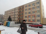 Dwa sąsiednie bloki na osiedlu Gwarków. 22 jest zaniedbany, a o 24 dbają mieszkańcy. Jak to zmienić?