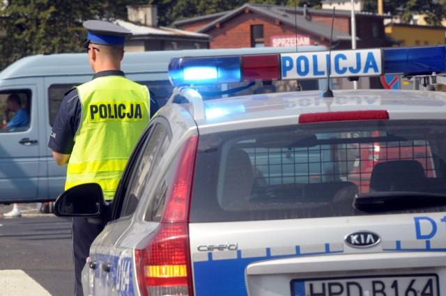 Policjanci zatrzymali w niedzielę agresywnego 18-latka, który stojąc na krawędzi dachu bloku, groził że popełni samobójstwo.