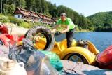 Setki kilogramów śmieci w Zagórzu Śląskim. Posprzątali, bo żal było patrzeć, jak odpady szpecą okolice
