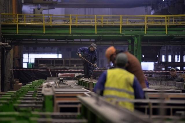 Blisko pół miliarda złotych są winni przedsiębiorcy firmom przemysłowym. Na zwrot 387 mln zł czekają w telekomunikacji, budowlance (341 mln zł) i wynajmujący maszyny oraz pojazdy (305 mln zł).