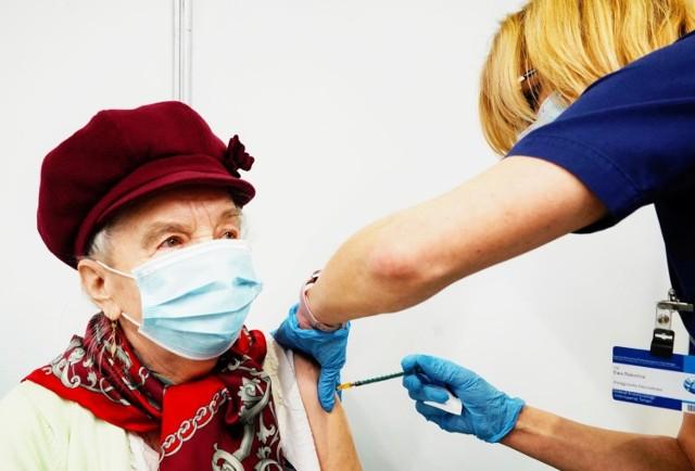 Na szybszy powrót do normalności mogą liczyć osoby w pełni zaszczepione przeciw COVID-19. Już teraz nie obowiązują ich limity dotyczące obłożenia