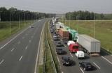 Wypadek na autostradzie A1. Zderzyły się trzy auta i zablokowały przejazd. Dwie osoby ranne