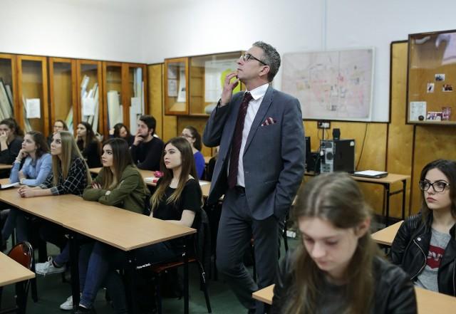 Dzień Edukacji Prawnej w Piotrkowie - sędzia Paweł Hochman podczas spotkania z młodzieżą w I LO