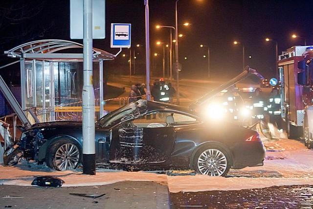 Wypadek na al. Podwale w Wałbrzychu. Kierowca jaguara staranował wiatę przystanku komunikacji miejskiej i zbiegł z miejsca zdarzenia