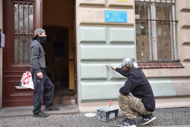 """Wulgarne napisy na elewacji kamienicy przy ul. Krakowskiej 9, w której mieści się biuro posłanki PiS Violetty Porowskiej, pojawiły się w nocy z piątku na sobotę. Pod nimi ustawiono tekturową tabliczkę z napisem """"Chcemy wyboru"""" i zapalono znicze. Następnego dnia napisy zniknęły, ale pojawił się kolejny problem."""