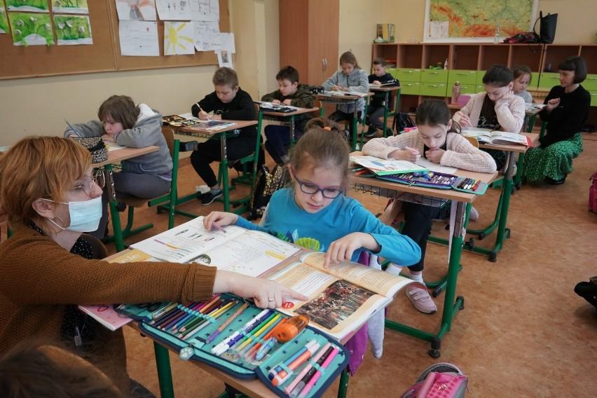 4 maja uczniowie klas I-III szkół podstawowych wrócili do...