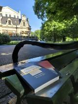 Święto Wolnych Książek na krakowskich Plantach. Biblioteka Kraków zostawiła lektury na ławkach