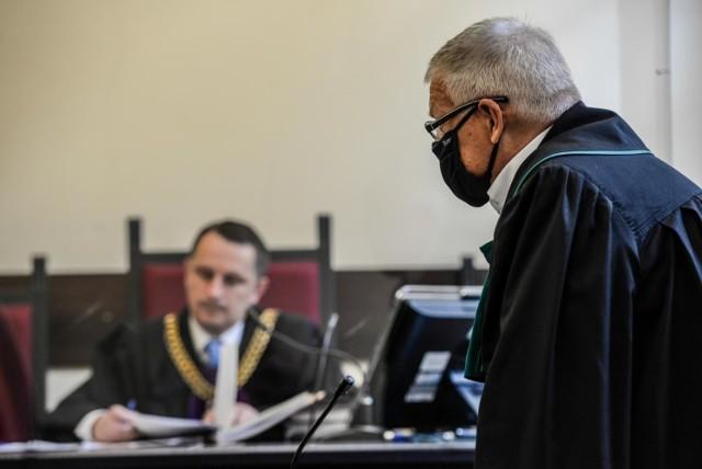 100 tys. zł za zatrzymanie przez CBA chce były prezes Lotosu, a sąd pyta lekarzy