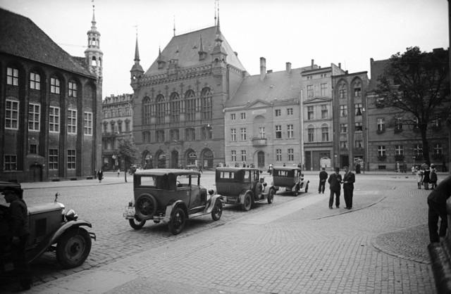 Przedwojenne taksówki na głównym toruńskim postoju, który znajdował się na Rynku Staromiejskim.