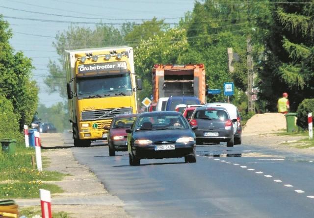 Ulica  Pabianicka uchodzi za wyjątkowo niebezpieczną, głównie ze względu na brak poboczy i chodników