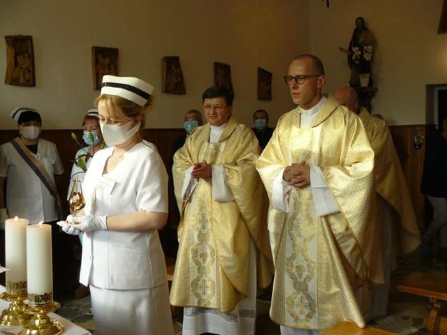 Do kaplicy szpitalnej Pałuckiego Centrum Zdrowia zostały wprowadzone relikwie pierwszego stopnia bł. Hanny Chrzanowskiej, pielęgniarki. (Na kolejnych zdjęciach relacja z uroczystości).