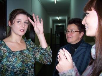 Marta Ścisłowicz z nauczycielką Haliną Kasperek i koleżanką Martą Dziubą
